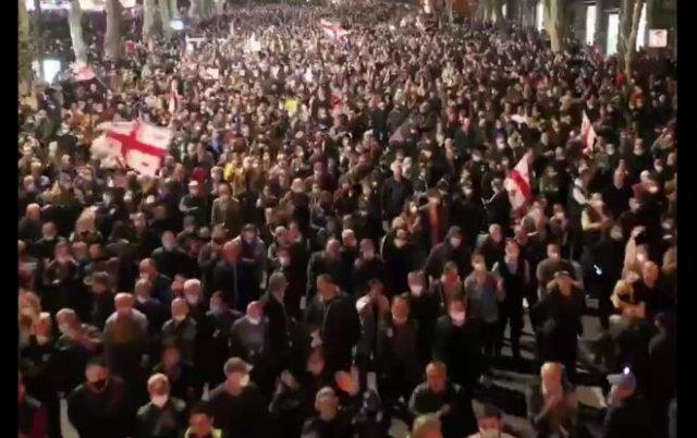 В Тбилиси проходит самый масштабный митинг с 2012 года — люди требуют освободить Михаила Саакашвили