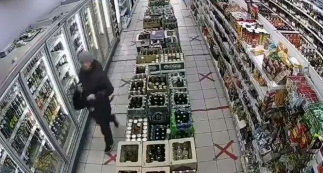 Мужчина избил дверь магазина после того, как ему не продали бутылку спиртного