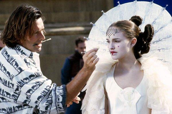 Натали Портман подкрашивают за кадром фильма «Звёздные войны. Эпизод I: Скрытая угроза»