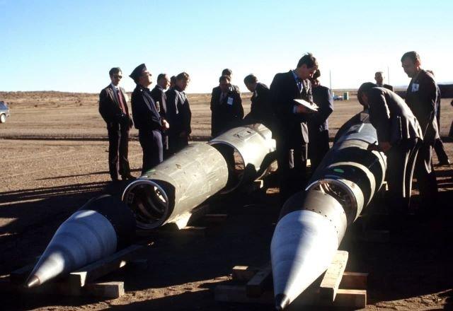 Советские инспекторы осматривают уничтоженные ракеты Pershing II в соответствии с Договором РСМД . США. Январь 1989 год.
