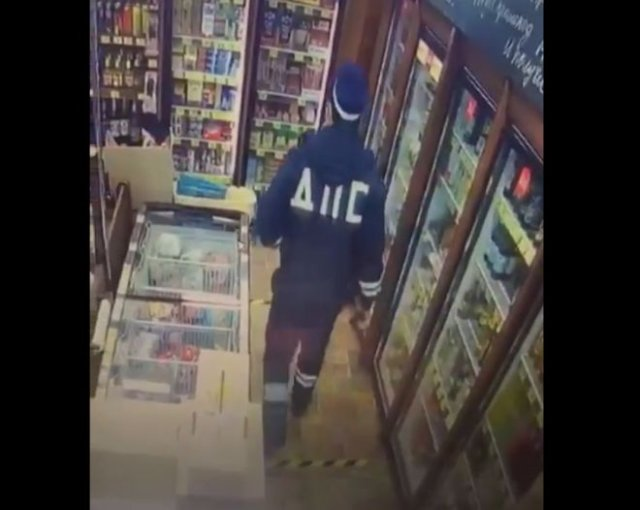 В Тюмени человек в форме сотрудника ДПС украл из магазина пиво и энергетик