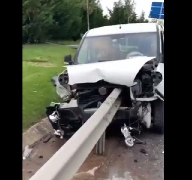 Отбойник насквозь пробил машину, но водителю удалось уцелеть