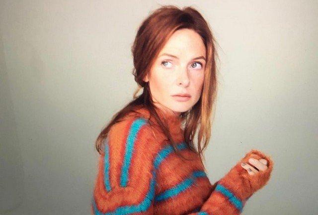 Ребекка Фергюсон в оранжевом свитере в полоску