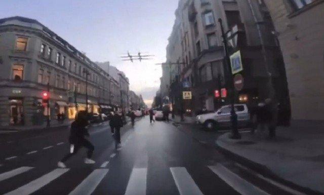 Странная авария в центре Петербурга с участием пешехода и велосипедиста
