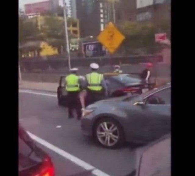 В Нью-Йорке темнокожий парень избил полицейских и скрылся с мета преступления, а те даже не погналис