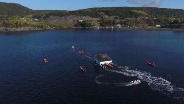 Супруги из Канады перевезли дом по воде с одного берега на другой