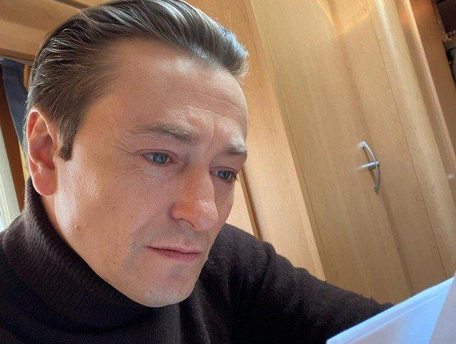 Безруков в черном читает сценарий