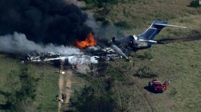 В Техасе упал и развалился на части самолет с двумя десятками пассажиров на борту - и все они выжили