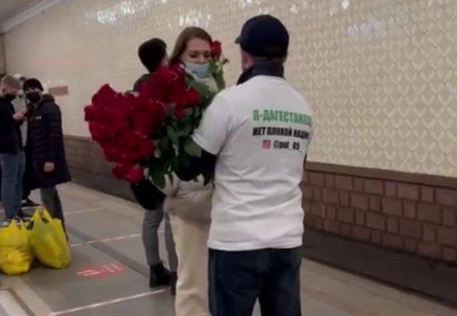 В московском метро дагестанец раздавал цветы девушкам