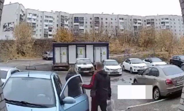 Автоледи, которой нельзя было выдавать права, снесла ограждение и врезалась в дом