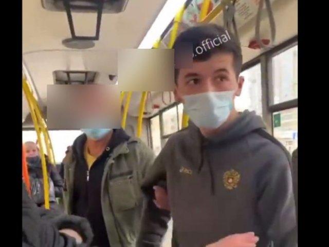 Кондуктор из Казани накинулся на пассажиров из-за того, что у тех не было наличных денег