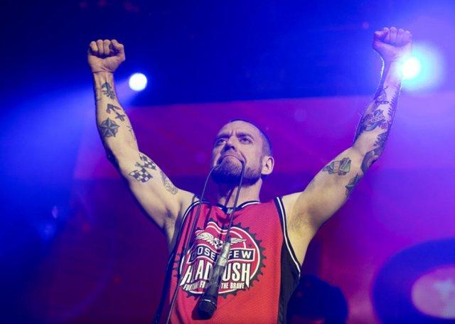 Солист группы «Ляпис Трубецкой» Сергей Михалок избил фаната на концерте