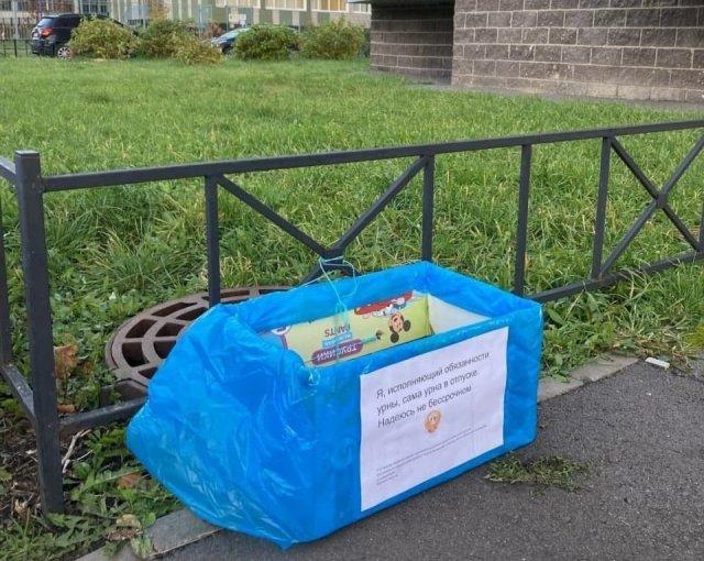"""В Петербурге жители отчаялись ждать урн и сделали """"исполняющие обязанности"""" мусорки"""