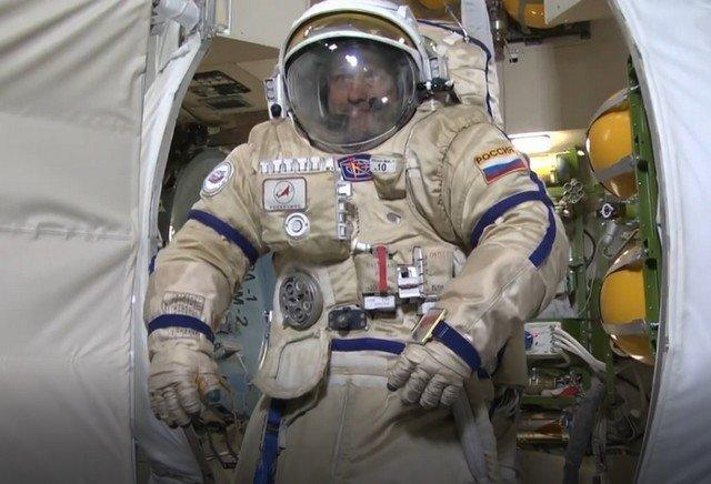 Космонавт Александр Мисуркин готовится к высадке на Луну