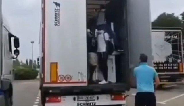 Дальнобойщик с дубинкой против мигрантов, спрятавшихся в кузове