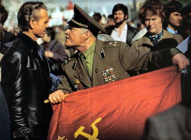 Отставной полковник кричит на одного из демонстрантов, пришедших в 1990 году на Красную Площадь