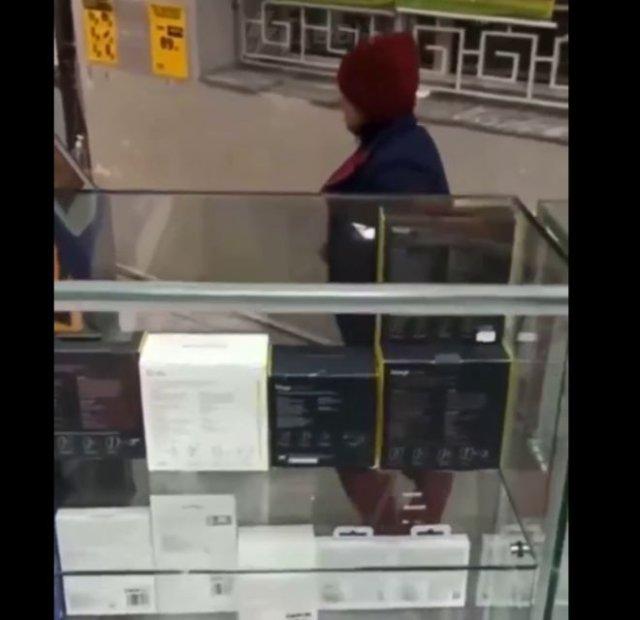 Буйная женщина с костылем против игрового автомата