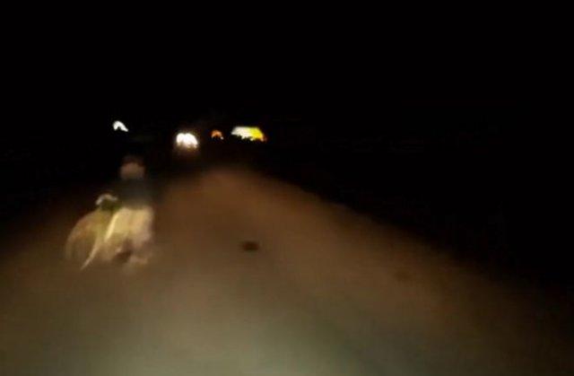 Посреди дороги внезапно возник дед с велосипедом