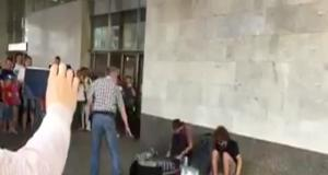 Слушатели безвыгодный дали сотруднице подземный дворец прогнать уличных музыкантов