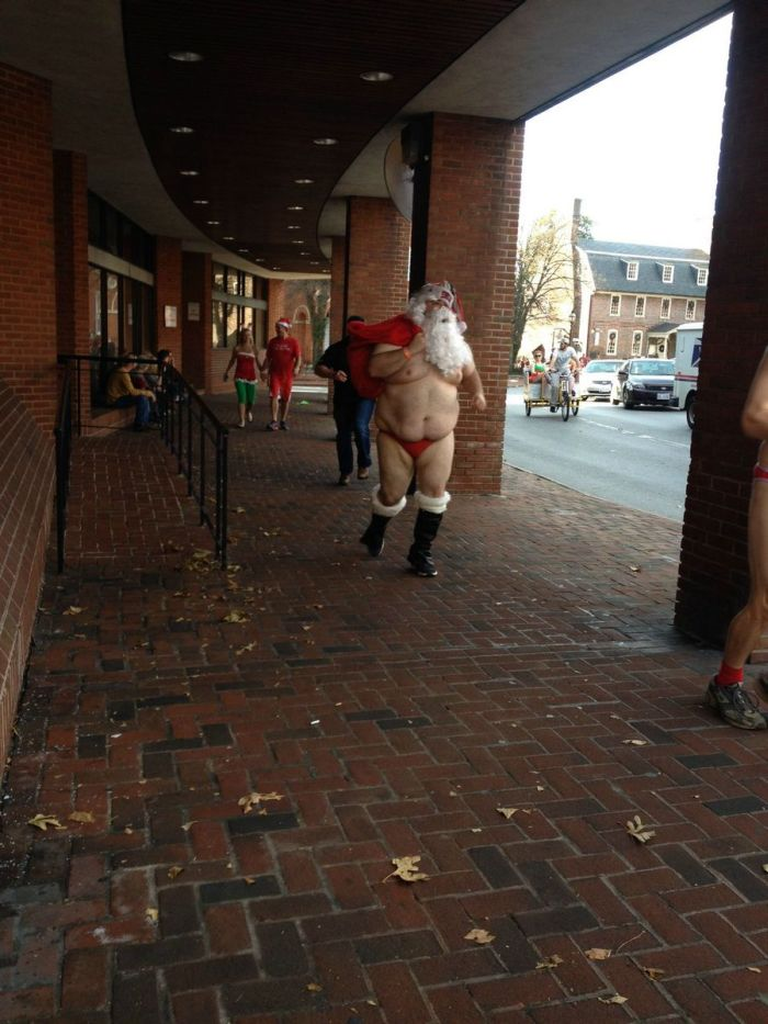 Санта-Клаус после тяжёлых будней (3 фото)