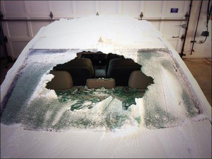 Что будет если полить замороженное стекло кипятком (2 фото)