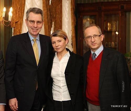 В посольстве США происходит чудо! Юля встала и пошла.