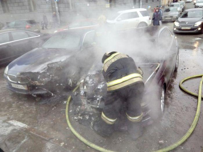 В Санкт-Петербурге у Мариинского театра сгорела BMW жены Сергея Шнурова (8 фото + 2 видео)