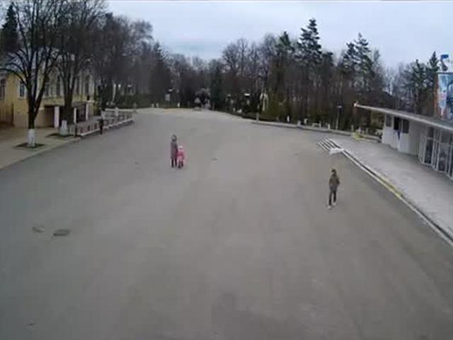 В Лабинске сорванная ветром крыша едва не накрала женщину с ребенком