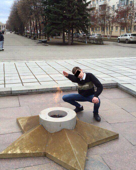 В Кемеровской области ищут подростка, сфотографировавшегося у Вечного огня с нацистским приветствием (фото)