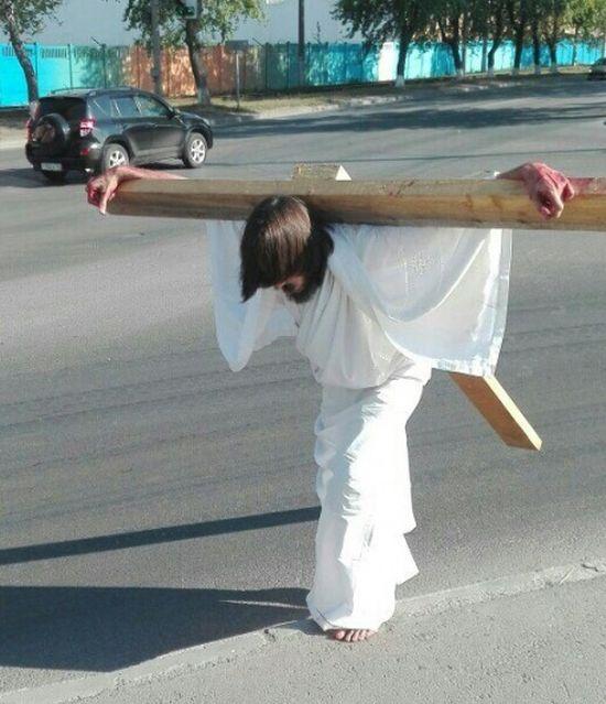 В Перми задержали парня в образе Иисуса Христа с крестом на спине (2 фото + видео)
