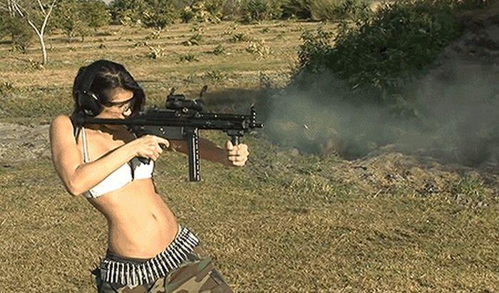 Симпатичные девушки стреляют из оружия (20 гифок)