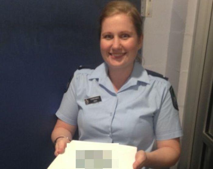 Австралиец принял мертвую медузу за грудной имплант и обратился в полицию (3 фото)