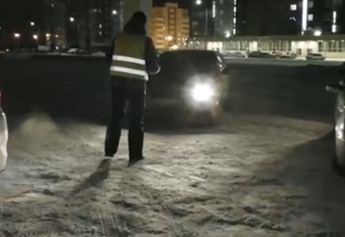 Автомобилисты Челябинска собрали огромную автоелку