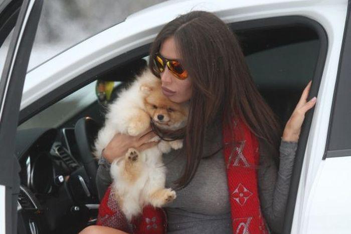 Девушка Неймара Сорая Вучелич любит ездить за рулем без белья (5 фото)