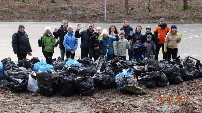 В Зеленограде волонтеры очистили набережную от мусора (5 фото)