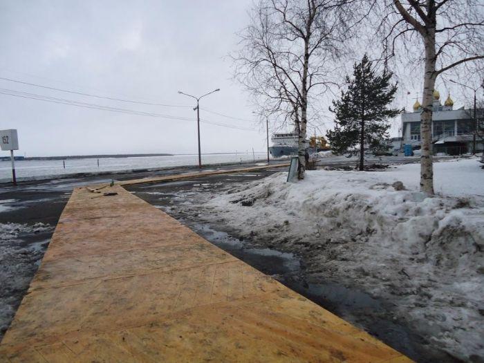 В Архангельске, к форуму с участием Путина, тротуар вместо асфальта покрыли паркетом (5 фото)