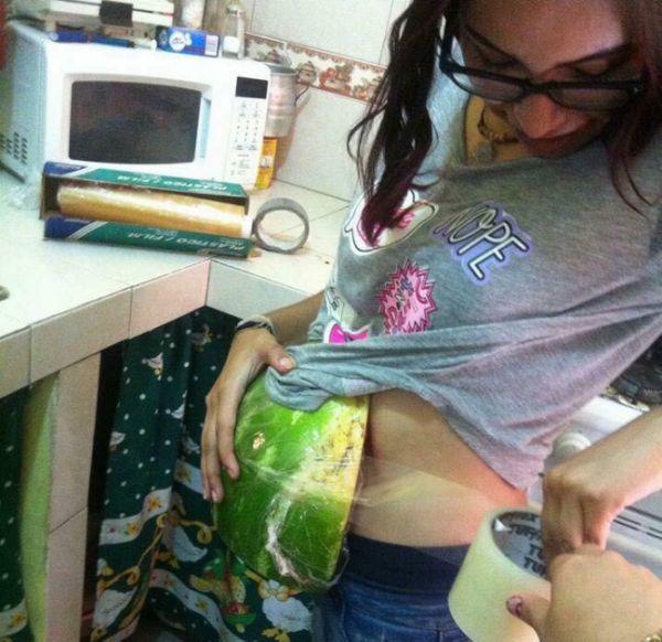 Девушки очень реалистично прикинулись беременными (4 фото)