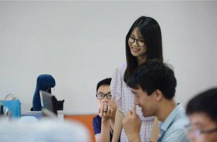 Для мотивации китайских программистов нанимают девушек-черлидеров (5 фото)