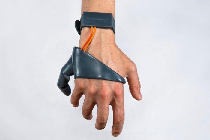 Студент разработал второй большой палец руки (3 гифки)