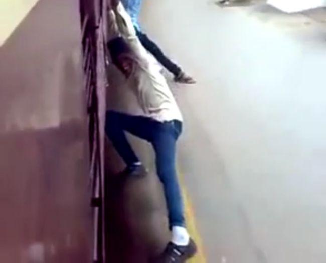 Индийские зацеперы катаются на поезде