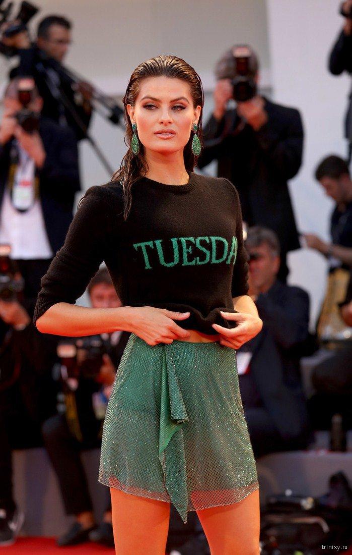 Топ-модели Гулар и Фонтана нарушили строгий дресс-код, появившись на красной дорожке в свитерах и просвечивающих мини (12 фото)