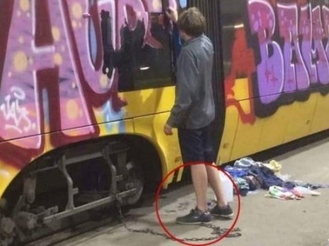 Украинца приковали цепью к трамваю, заставив смывать свои рисунки