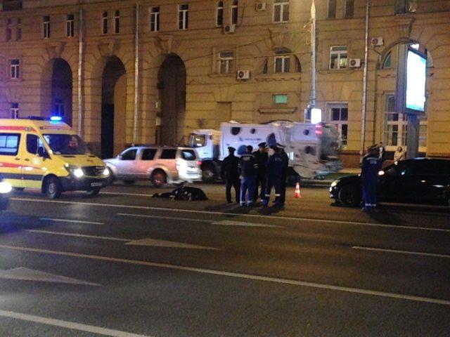 В центре Москвы автомобиль ФСБ насмерть сбил полицейского (2 фото + 2 видео)