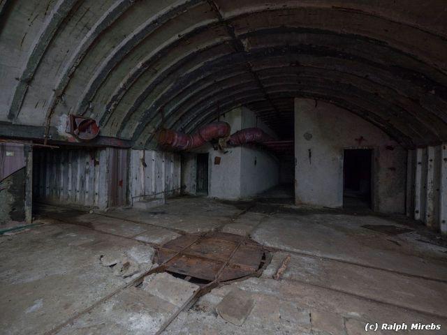 Заброшенная албанская военно-морская база в Порто-Палермо (63 фото)