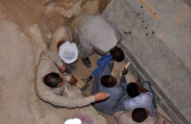 Археологи вскрыли саркофаг, обнаруженный в Александрии (9 фото)