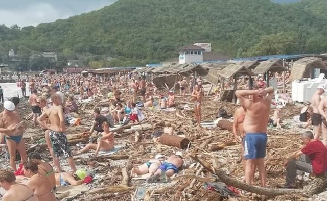 Разрушенный пляж и горы мусора не помеха для отдыхающих (2 фото + видео)