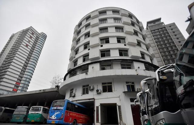 Восьмиэтажный китайский отель, сквозь который ездят автобусы (8 фото)