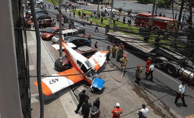 Легкомоторный военный самолет упал на автомобильную парковку в Перу