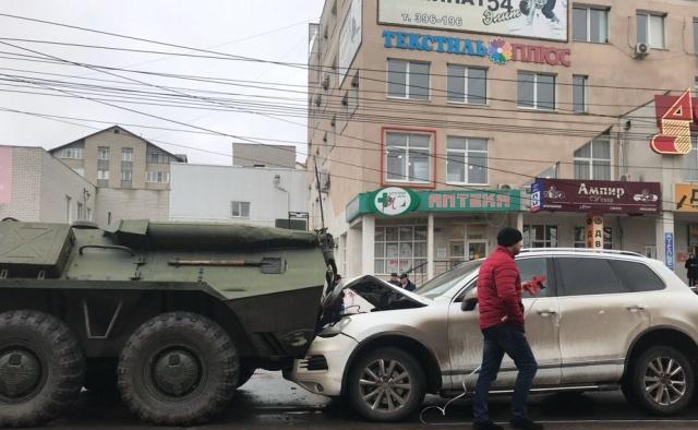 В Курске между двумя БТРами оказались зажаты четыре гражданских автомобиля (7 фото + видео)