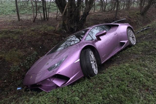 В Лондоне нашли оставленную в кювете Lamborghini (7 фото)